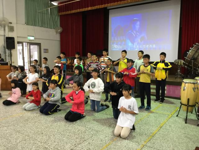 http://www.cmps.hlc.edu.tw/uploads/tadgallery/2018_11_13/119_2.jpeg 跪羊圖手語音樂劇表演